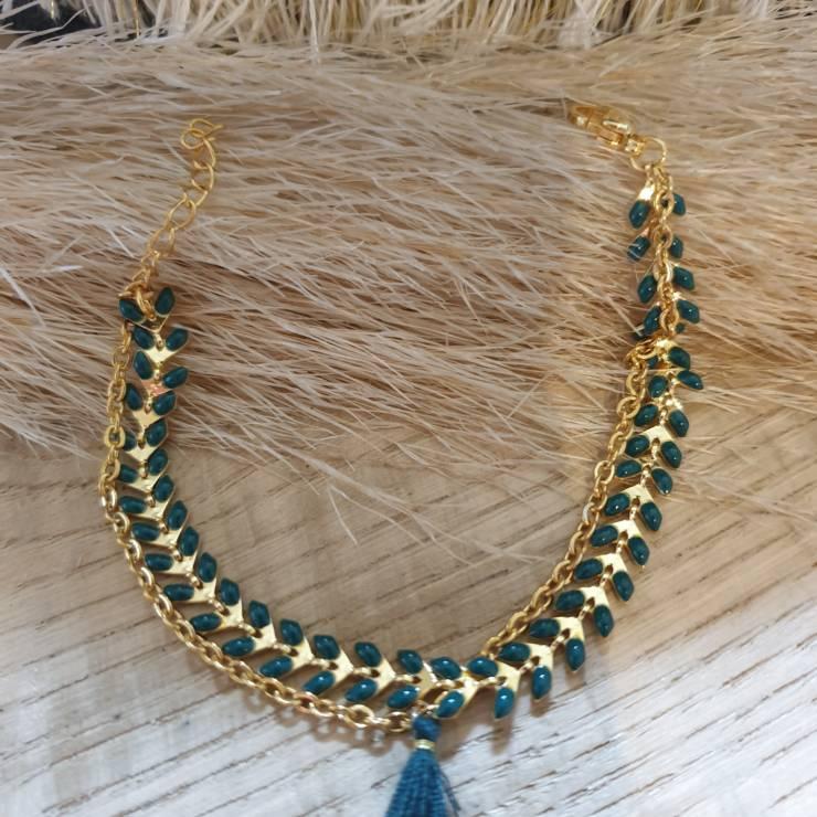 Bracelet chaîne épis doré émaillée vert orné d'un pompon avec chaînette, fermoir mousqueton et chaînette de rallonge Bracelet fait main, adaptable à tous poignet grâce à sa chaînette de rallonge Matériel du bracelet acier inoxydable 17€