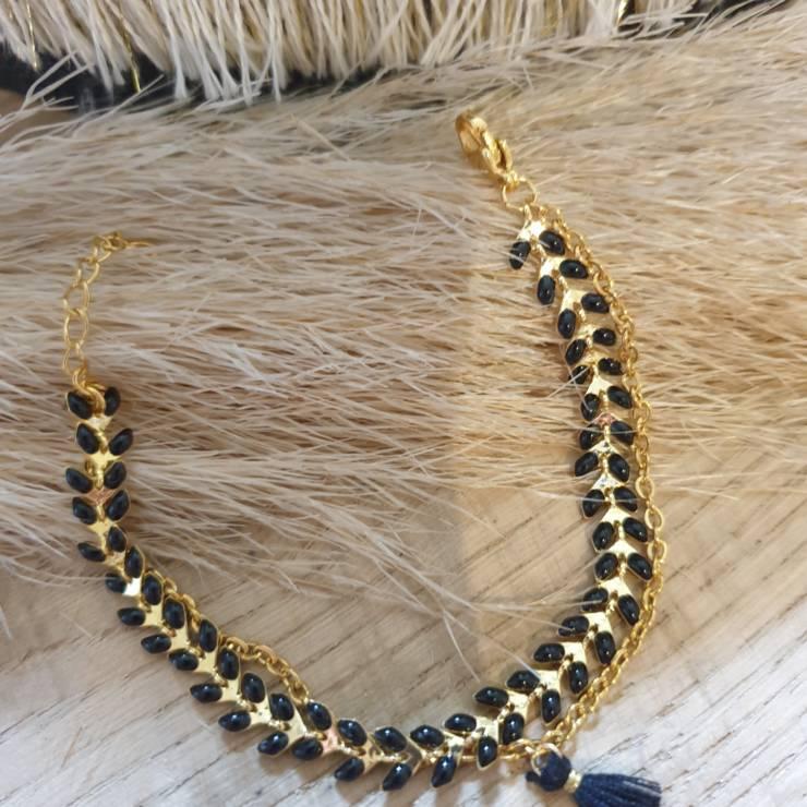 Bracelet chaîne épis doré émaillée noir orné d'un pompon avec chaînette, fermoir mousqueton et chaînette de rallonge Bracelet fait main, adaptable à tous poignet grâce à sa chaînette de rallonge Matériel du bracelet acier inoxydable 17€