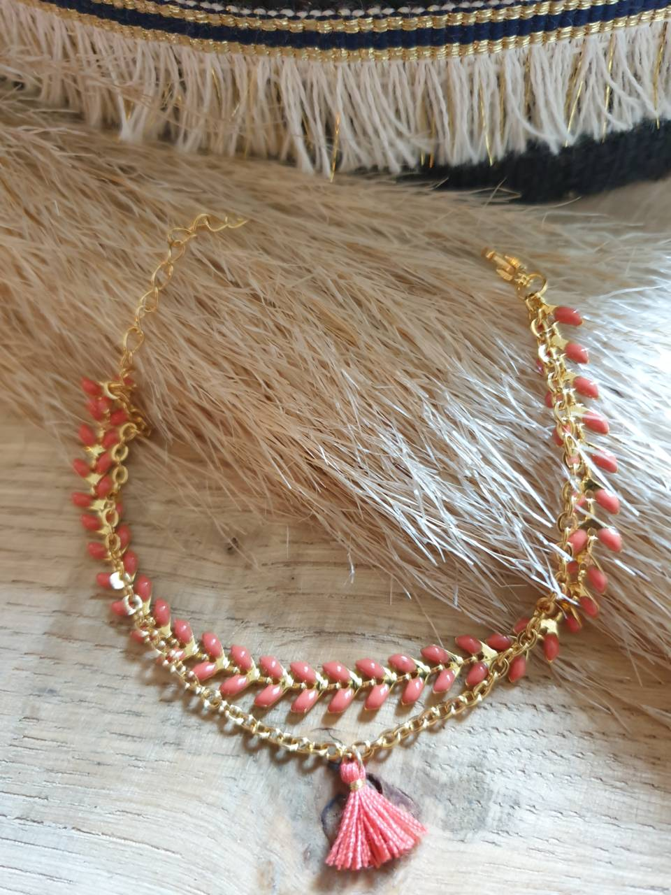 Bracelet chaîne épis doré émaillée corail orné d'un pompon avec chaînette, fermoir mousqueton et chaînette de rallonge Bracelet fait main, adaptable à tous poignet grâce à sa chaînette de rallonge Matériel du bracelet acier inoxydable 17€