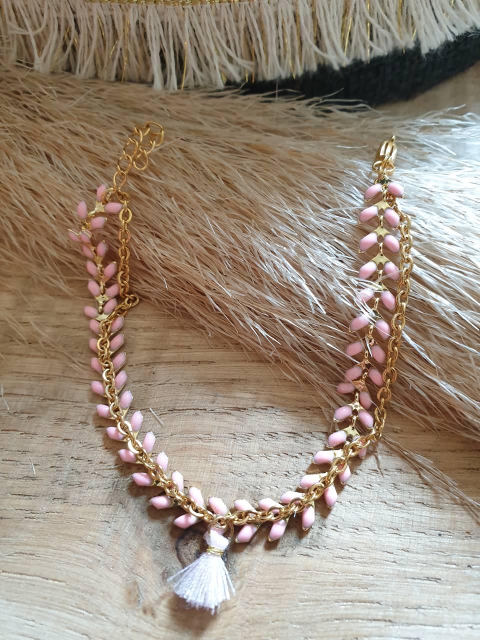 Bracelet chaîne épis doré émaillée rose clair orné d'un pompon avec chaînette, fermoir mousqueton et chaînette de rallonge Bracelet fait main, adaptable à tous poignet grâce à sa chaînette de rallonge Matériel du bracelet acier inoxydable 17€